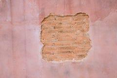 破裂的具体葡萄酒砖墙背景 文本的空间 库存图片