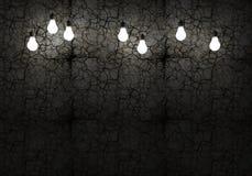 破裂的墙壁和电灯泡 库存图片