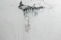 破裂的墙壁,颜色水在混凝土崩裂了 免版税库存图片
