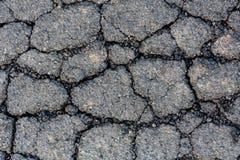 破裂的柏油碎石地面表面 免版税库存照片