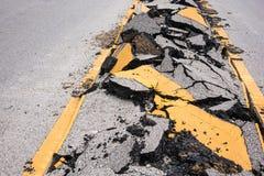 破裂的柏油路和标号线 免版税图库摄影