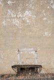 破裂的油漆老砖墙 免版税库存照片