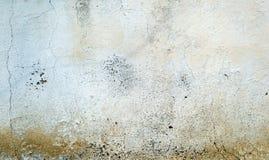 破裂的混凝土被绘的墙壁背景 免版税库存图片