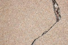 破裂的瓦片向背景扔石头 免版税库存图片
