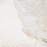 破裂的白涂料墙壁片段 库存图片