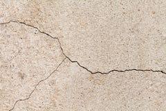 破裂的米黄墙壁纹理 与裂缝的黄沙石头 免版税图库摄影