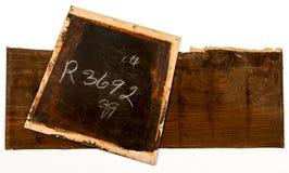 破裂的老胶合板黑暗的油漆和白垩书面数字 库存照片