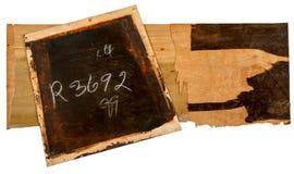 破裂的老胶合板黑暗的油漆和白垩书面数字 库存图片