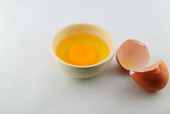 破裂的蛋壳用卵黄质和蛋白质 免版税库存图片