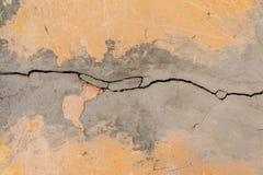 裂缝 老被绘的白色膏药纹理  破裂的墙壁 图库摄影