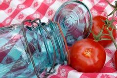 装于罐中的玻璃瓶子蕃茄葡萄酒 免版税库存图片
