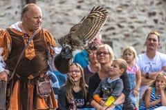 装入他的与一只欧亚欧洲产之大雕的以鹰狩猎者展示技能 免版税库存照片