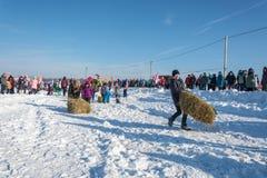 装入在节日冬天乐趣的干草的快活的竞争 图库摄影