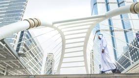 装入手提箱和步行的企业阿拉伯旅客沙特人 免版税库存图片