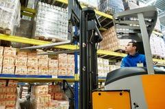 装入程序堆货机大商店工作者 库存图片