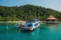 装备有一个热带海岛海滩的游人 免版税库存照片