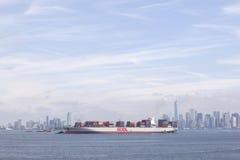 装备有五颜六色的容器在港口在有蓝色的纽约附近 免版税库存照片