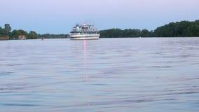 装备有漂浮在黄昏的河的游人 股票视频