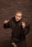 装扮一个叫化子的演员黑暗的背景的 免版税库存照片