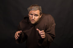 装扮一个叫化子的演员黑暗的背景的 库存图片