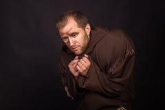 装扮一个叫化子的演员黑暗的背景的 免版税库存图片