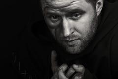 装扮一名修士的演员黑暗的背景的 免版税库存图片
