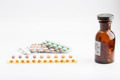 装瓶与药片天线罩包装 免版税图库摄影