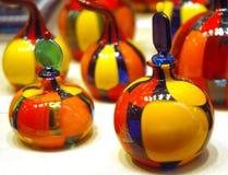 装瓶五颜六色的玻璃香水 免版税库存照片