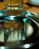 装瓶剪报玻璃查出的矿物路径水白色 库存图片