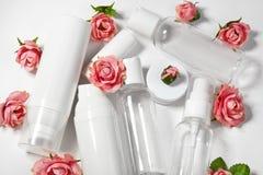 装瓶化妆用品 健康和温泉瓶罐收藏与春天parfume花 秀丽治疗,卫生间集合 免版税库存图片