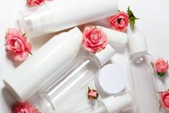 装瓶化妆用品 健康和温泉瓶罐收藏与春天parfume花 秀丽治疗,卫生间集合 免版税图库摄影