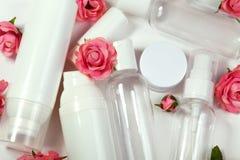装瓶化妆用品 健康和温泉瓶罐收藏与春天parfume花 秀丽治疗,卫生间集合 免版税库存照片