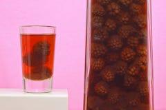 装瓶和一击出自创黑莓利口酒 免版税库存照片