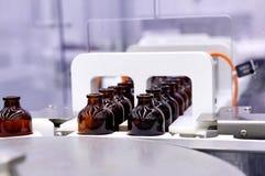装瓶和包装不育的医疗产品 以后机器 库存照片