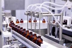 装瓶和包装不育的医疗产品 机器在不育的液体的检验以后 配药制造  La 免版税库存照片