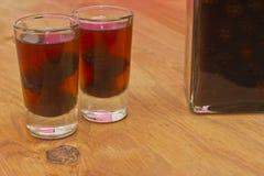 装瓶和自创黑莓利口酒两射击  库存照片