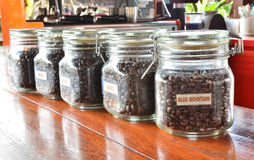 装瓶咖啡粒 免版税图库摄影