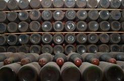 装瓶地窖红葡萄酒 库存照片