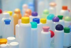 装瓶塑料的化妆用品 免版税库存照片