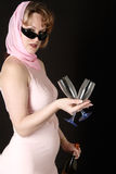 装瓶方式拿着s酒妇女的五十块玻璃 免版税库存图片