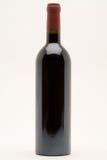 装瓶查出的红葡萄酒 免版税库存照片