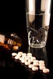 装瓶溢出的医学药片 免版税库存照片