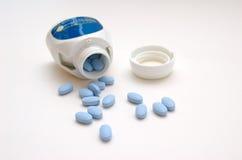 装瓶溢出的药片 免版税库存照片