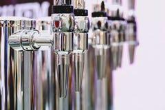 装瓶的关闭的不锈的明亮的金属啤酒轻拍  免版税库存照片
