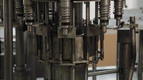 装瓶的饮用水的一台被停止的传动机 传动机零件 股票录像