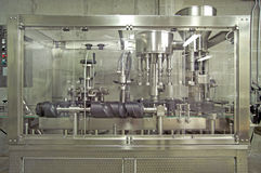 装瓶者加盖的设备酿酒厂 库存照片