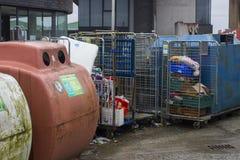 装瓶银行和不锈钢汇集笼子在现代不伤环境的回收的中心在曼格没有的唐郡 免版税图库摄影