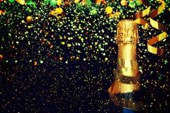 装瓶香槟 抽象空白背景圣诞节黑暗的装饰设计模式红色的星形 免版税库存图片