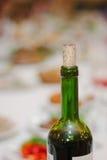 装瓶黄柏关闭的红葡萄酒的脖子 库存图片