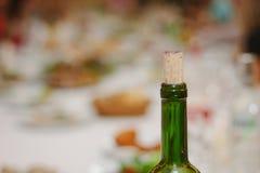 装瓶黄柏关闭的红葡萄酒的脖子 免版税库存照片